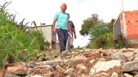Buracos dificultam a vida dos moradores do Recanto Mônica em Itaquaquecetuba
