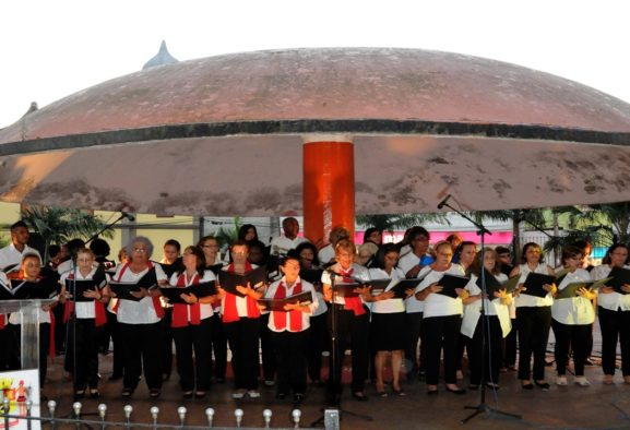 Alunos de dança e coral fazem show para inaugurar decoração natalina de Itaquaquecetuba