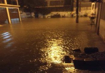Chuva deixa moradores da Vila Japão em Itaquaquecetuba com as casas alagadas