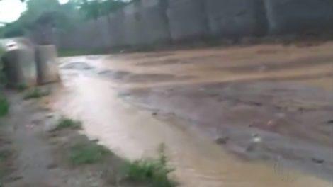 Buracos e lama desafiam moradores em bairro de Itaquaquecetuba