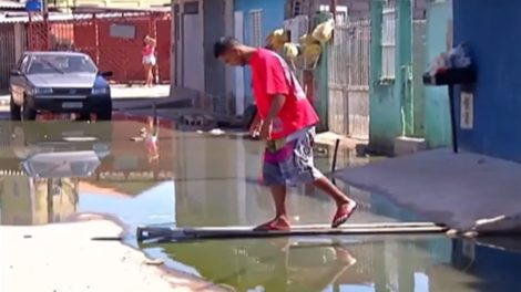 Água suja muda rotina de moradores de Itaquaquecetuba
