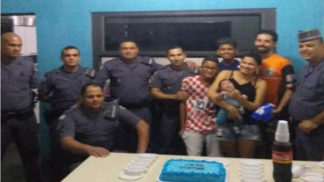 Policiais de Itaquaquecetuba salvam criança engasgada e comemoram com bolo: 'é o novo nascimento do meu filho', diz mãe