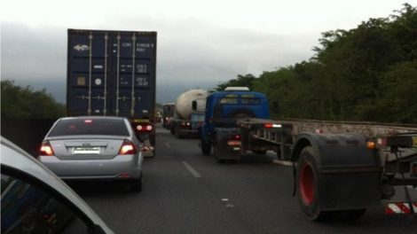 Carro bateu na traseira de caminhão e capotou na Ayrton Sena em Itaquaquecetuba