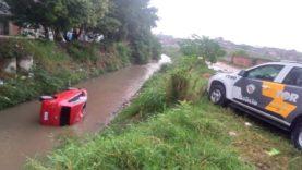 Suspeito cai com carro em córrego em Itaquaquecetuba e polícia recupera objetos furtados de casa em Mogi