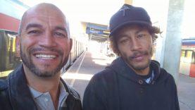 """Homem tira foto com """"Neymar de Itaquaquecetuba"""" em estação da CPTM e viraliza na internet."""