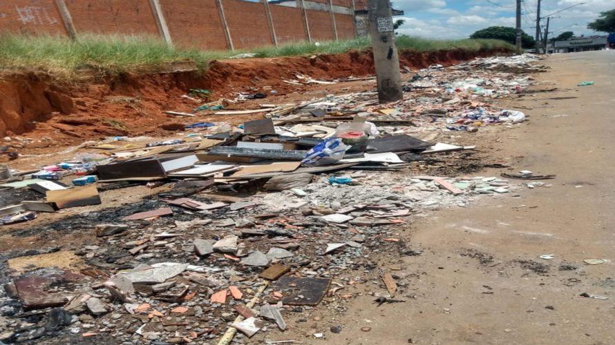 Morador reclama de lixo acumulado em frente à escola do Jardim Monte Belo, em Itaquaquecetuba