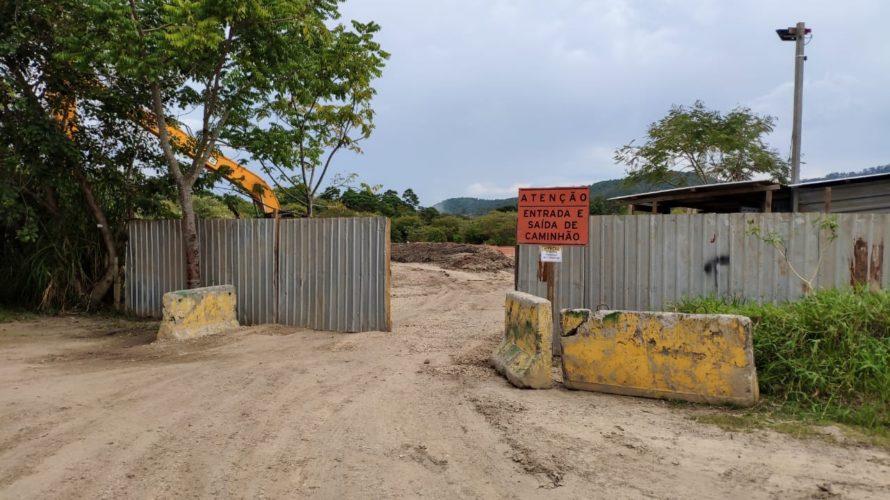 Criminosos armados rendem funcionários e levam caminhões e máquina de obra de desassoreamento do rio Tietê